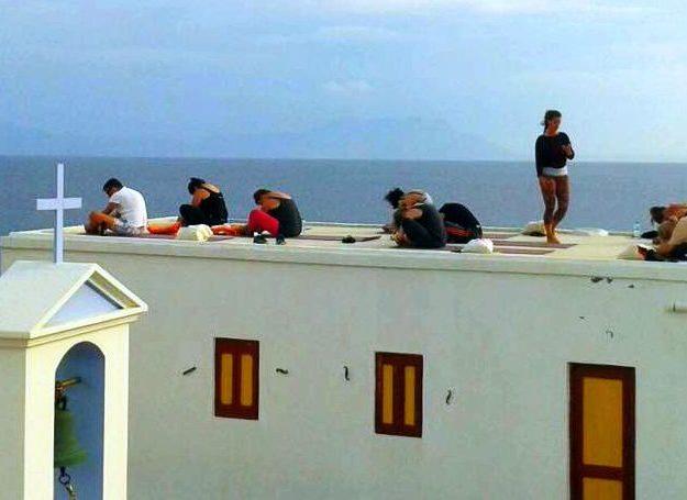 yoga op het dak van een kerkje in Griekenland